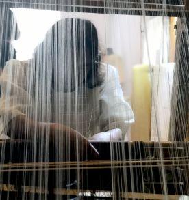 Nelia Rogano en una demostración de telar con tejido de piña-seda